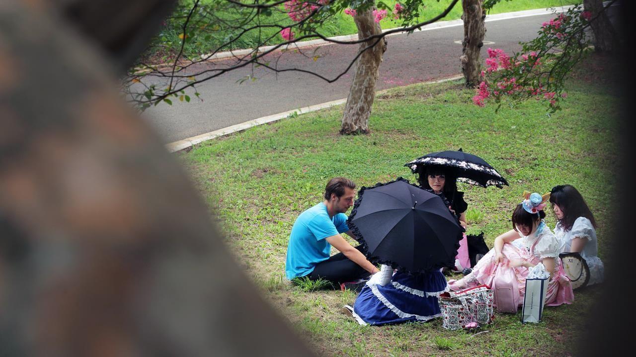 Galileo-Reporter Thilo Mischke trifft im Yoyogi-Park in Tokyo Lolitas