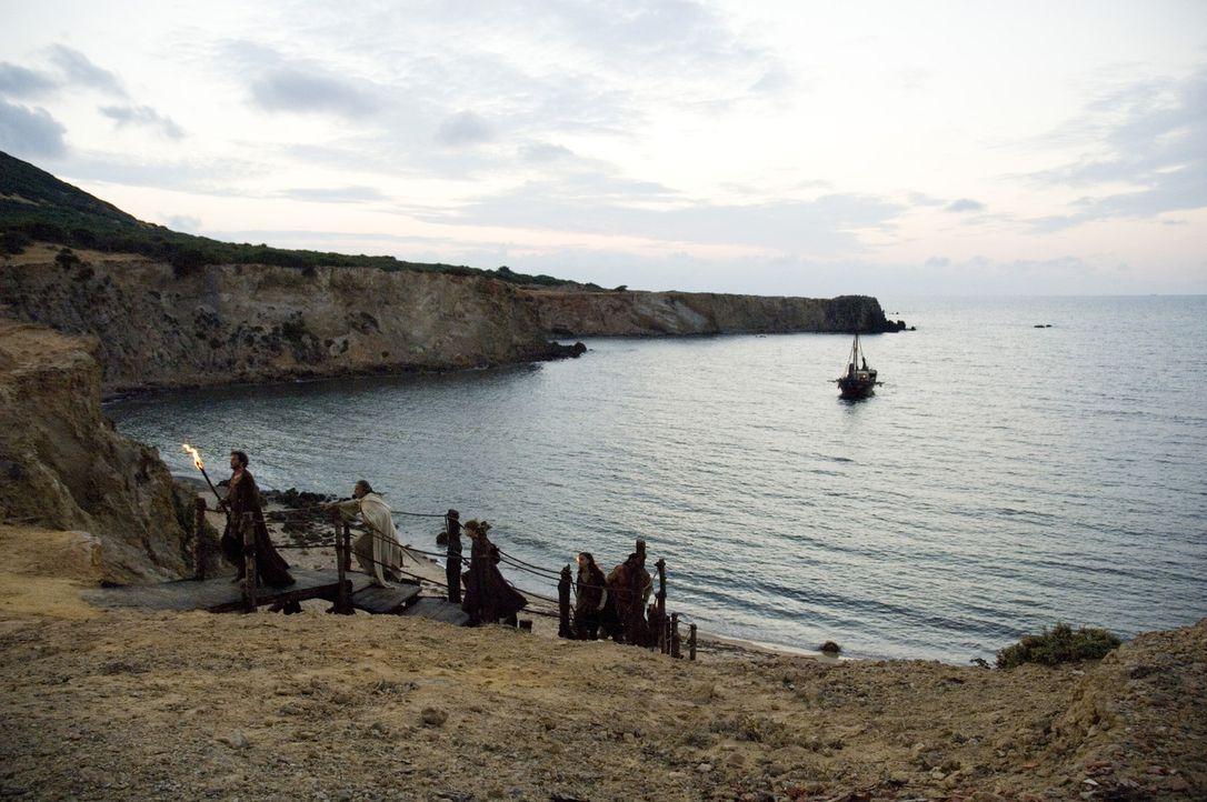 Verfolgt von den Goten führt Aurelius (Colin Firth, l.) seine Freunde auf die Insel Britannien, wo die neunte Legion stationiert ist - die letzte l... - Bildquelle: TOBIS Filmkunst GmbH & Co. Verleih KG