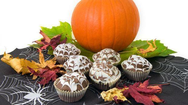 Muffins und Co. lassen sich schnell passend zu Halloween dekorieren.