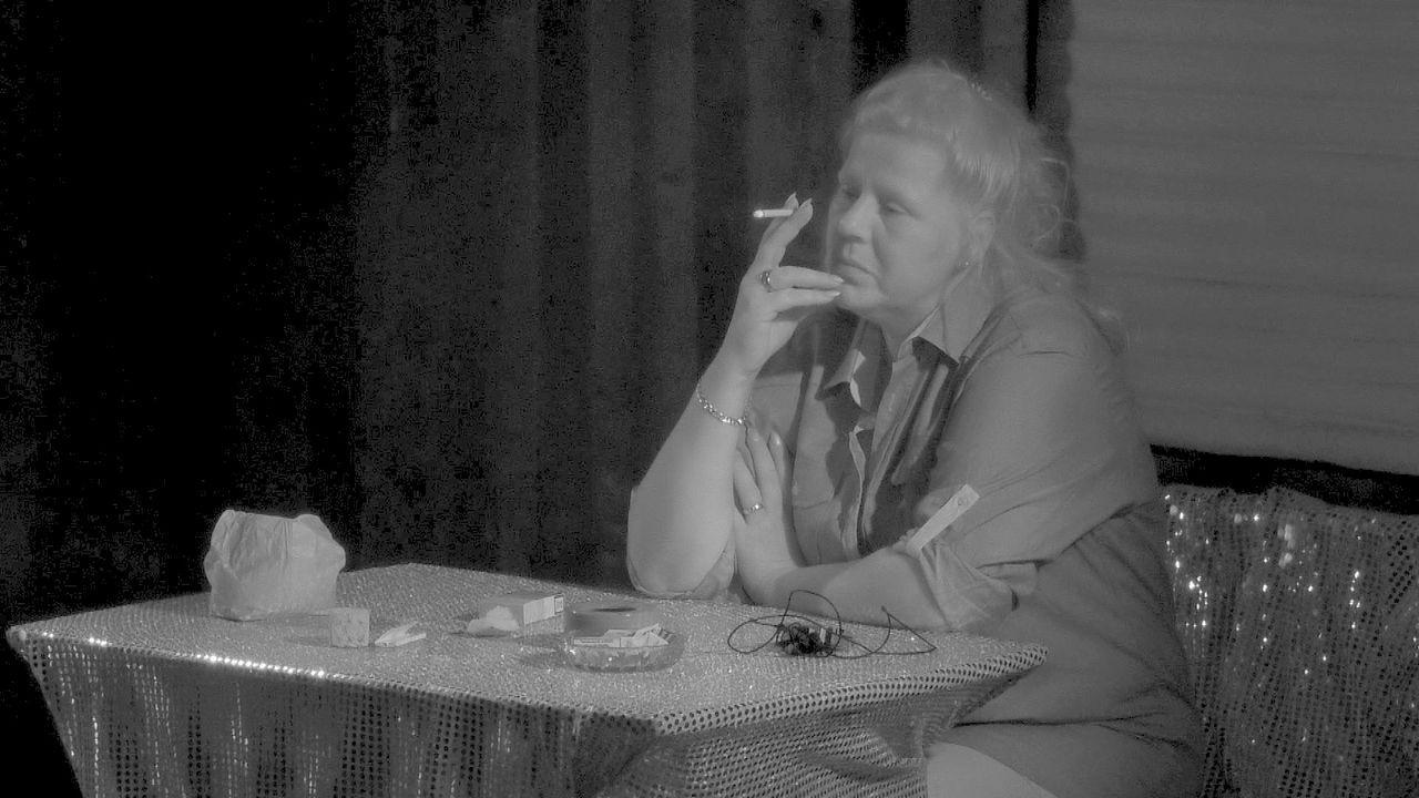 Silvia raucht genervt nachts auf der Baustelle