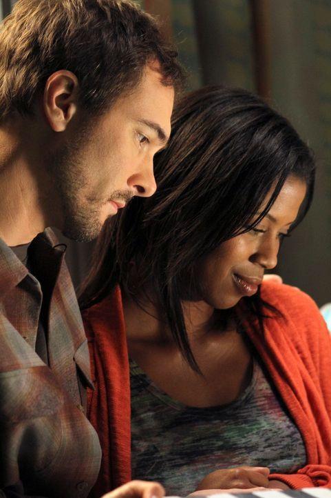 Alex versucht alles, um die 4 Monate alte Tochter, von Leanne (Dalila Ali Rajah, r.) und Martin (Michael Medico, l.) zu retten ... - Bildquelle: ABC Studios