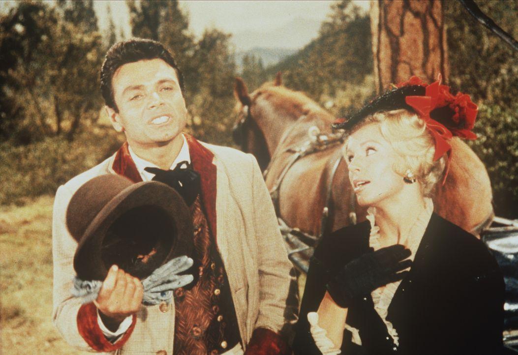 Der französische Dichter François (Andre Philippe, l.) und seine Schwester Eloise (Erika Peters, r.) sind auf die Ponderosa eingeladen. - Bildquelle: Paramount Pictures