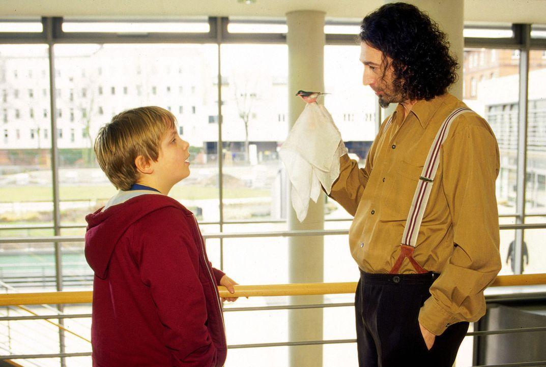 David (Woody Mues, l.) freundet sich in der Klinik mit Pino Ferri (Claudio Caiolo, r.), einem ehemaligen Zauiberkünstler an, der unter Herzproblemen...