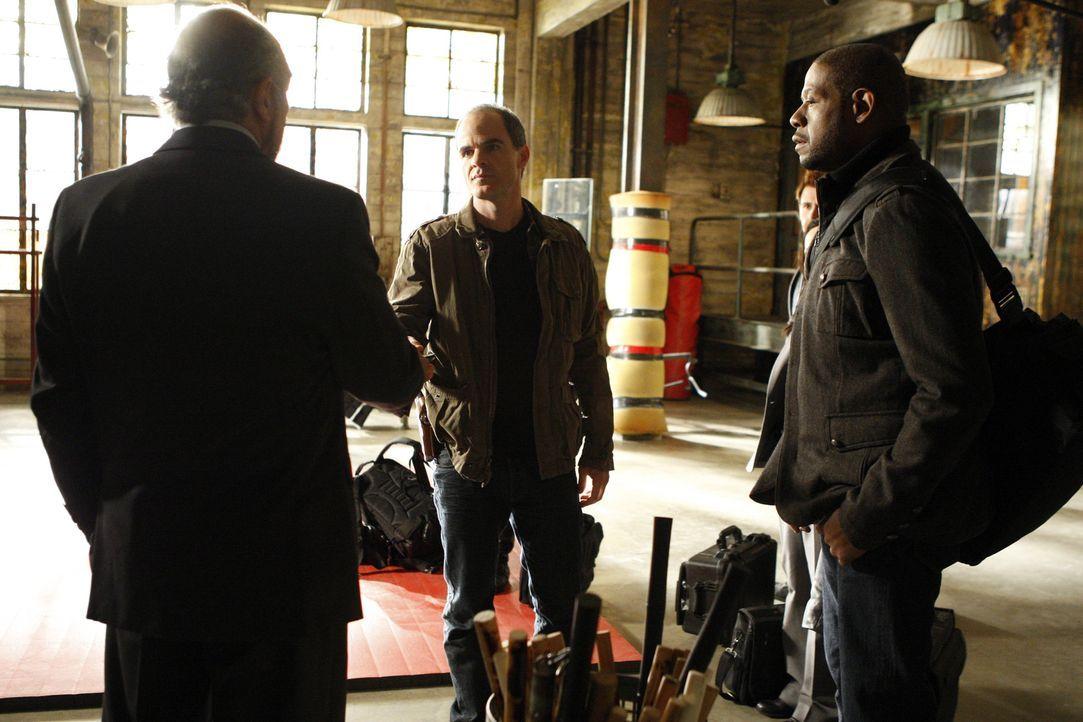 Wird das Team um Sam (Forest Whitaker, r.) und John (Michael Kelly, M.), ihren Chef Jack Fickler (Richard Schiff, l.) mit der Aufklärung ihres Falle... - Bildquelle: ABC Studios