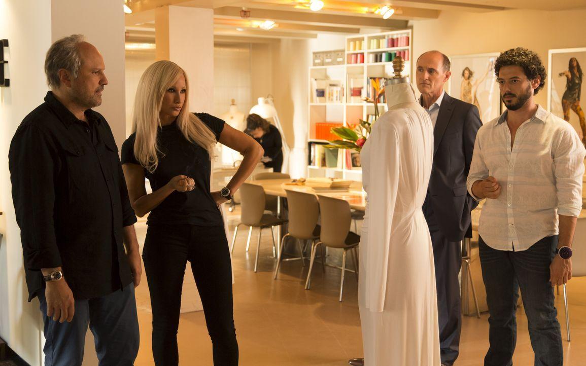 Der Designer Gianni Versace (Enrico Colantoni, l.), seine Geschwister Donatella (Gina Gershon, 2.v.l.) und Santo (Colm Feore, 2.v.r.) und ihr Angest... - Bildquelle: 2013 Lifetime Entertainment Services, LLC. All rights reserved.