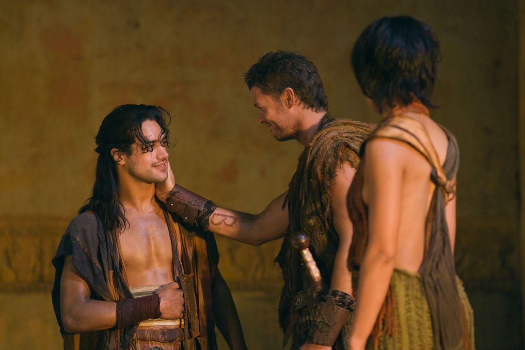 Während Naevia (Cynthia-Addai Robinson, r.) und der verletzte Nasir (Pana Hema Taylor, l.) im verfallenen Tempel bleiben, wagen sich Spartacus, Mir... - Bildquelle: 2011 Starz Entertainment, LLC. All rights reserved.