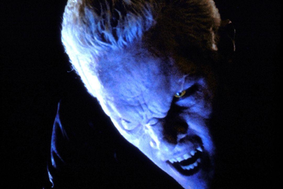 Spike (James Marsters) will die Vampirjägerin umbringen, die hilflos vor ihm liegt. - Bildquelle: TM +   2000 Twentieth Century Fox Film Corporation. All Rights Reserved.