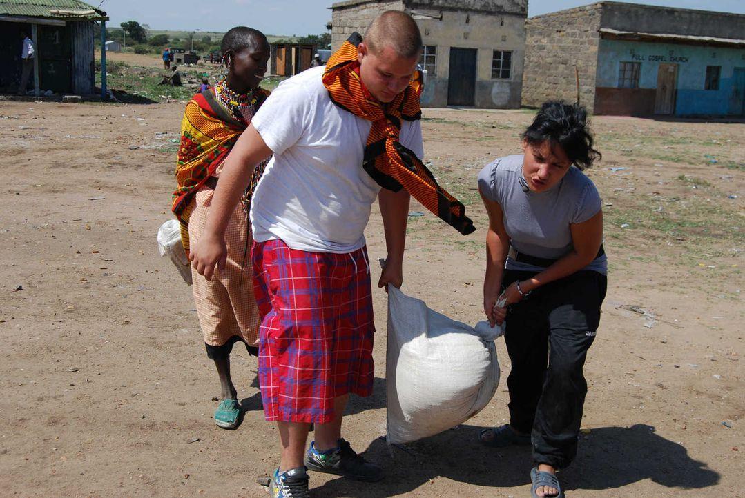 In Kenia wird den beiden Teenagern Markus (M.) und Aylin (r.) bewusst, wie gut es ihnen in Deutschland geht ... - Bildquelle: kabel eins