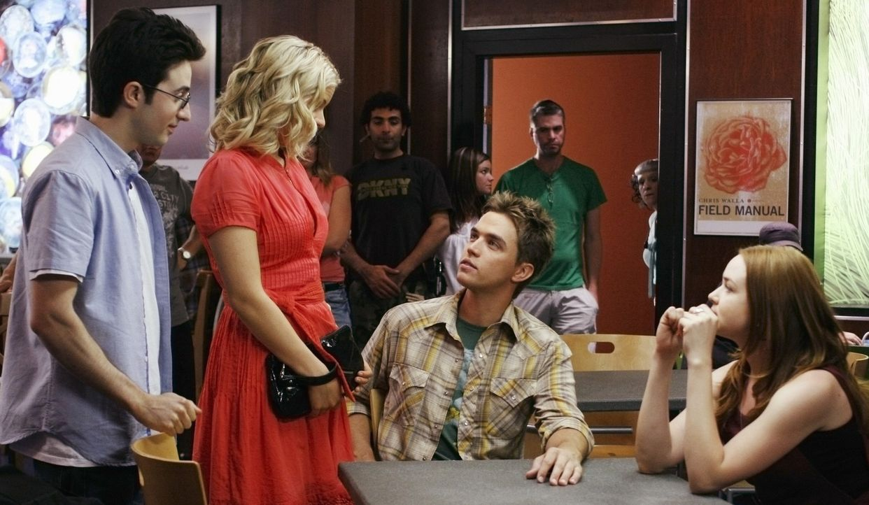 Lori (April Matson, r.) und Declan (Chris Olivero, 2.v.r.) versuchen über Jackie (Ali Liebert, 2.v.l.) und Mark (Josh Zuckerman, l.) an Information... - Bildquelle: TOUCHSTONE TELEVISION