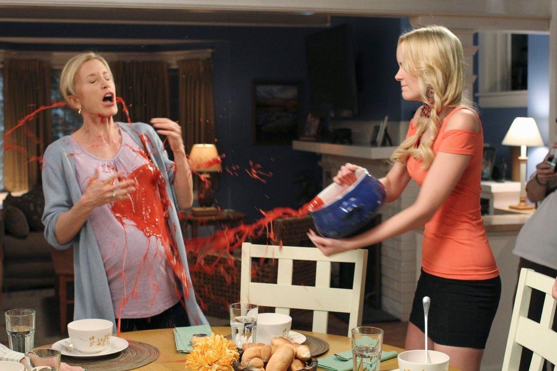 Als Lynette erfährt, dass Preston sein Studium geschmissen hat und nun einen Job angenommen hat, kommt es zwischen Irina (Helena Mattsson, r.) und L... - Bildquelle: ABC Studios