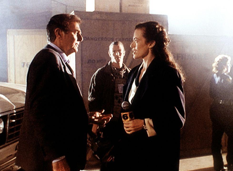 Mannix (Mike Connors, l.) wird am Tatort von der Reporterin Tina Reynolds (Susan Lee Hoffman, r.) zu einem Mord befragt ... - Bildquelle: Viacom