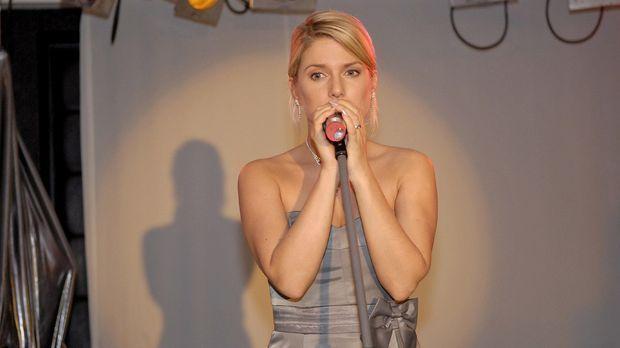 Anna (Jeanette Biedermann) greift zum Mikrofon und kann mit ihrem engelsgleic...