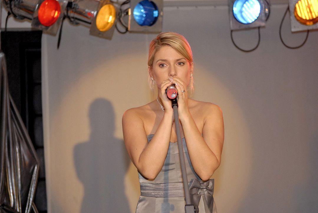 Anna (Jeanette Biedermann) greift zum Mikrofon und kann mit ihrem engelsgleichen Gesang eine Schlägerei verhindern. - Bildquelle: Christoph Assmann Sat.1