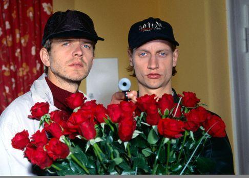 Oleg Kiprov (Victor Schefé, r.) und Ilja Saizev (Henrik Lauerwald, l.) überfa...