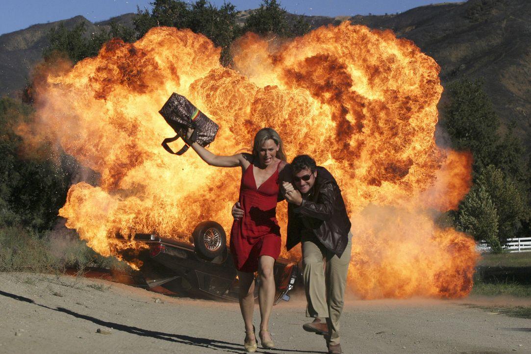 """Um den Standort des """"Valta"""" herauszufinden, lässt sich Sydney(Jennifer Garner, l.) in Spanien nach einem gestellten Autounfall von Bishop (Peter O'... - Bildquelle: Touchstone Television"""