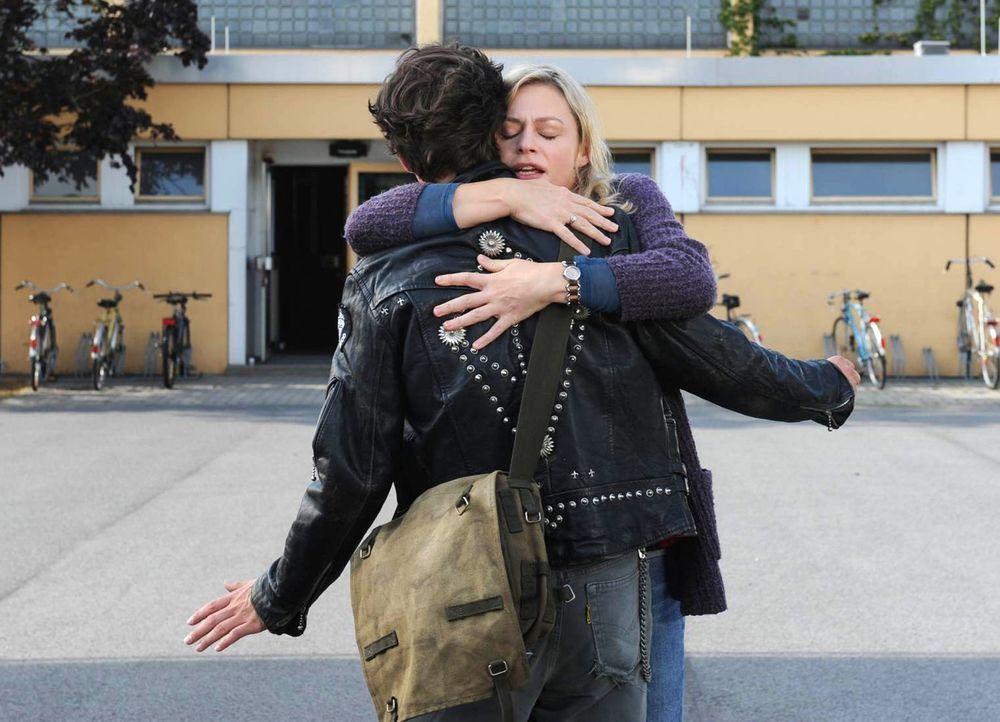 Als Ines (Susanna Simon, r.) in der Vergangenheit auf Hauke (Emil Reinke, r.) trifft, ist sie überglücklich, dass er lebt. Ihre Warnung, dass sie ih... - Bildquelle: Julia Terjung SAT.1