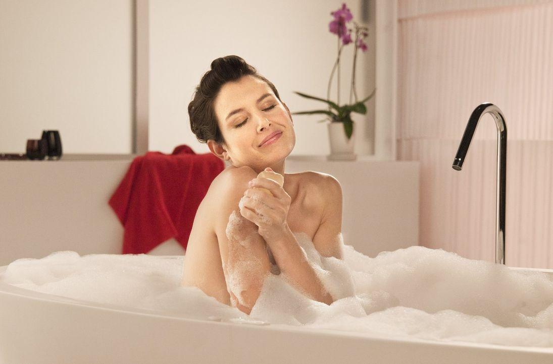 So eine rutschige Seife hat Cécile (Louise Monot) noch nie erlebt. Bringt sie den Werbedreh dennoch problemlos hinter sich? - Bildquelle: Warner Bros.