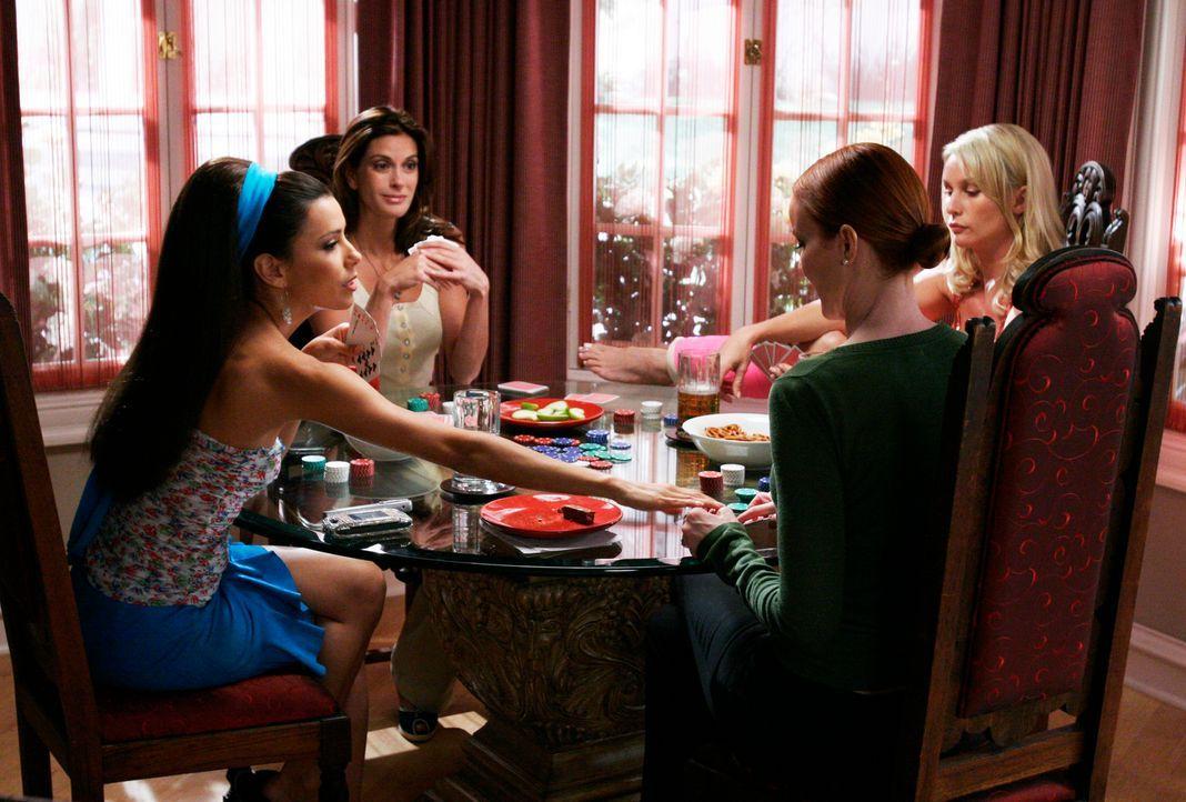 Bree (Marcia Cross, 2.v.r.) bittet ihre Freundinnen Gabrielle (Eva Longoria, l.), Susan (Teri Hatcher, 2.v.l.) und Edie (Nicollette Sheridan, r.), a... - Bildquelle: 2005 Touchstone Television  All Rights Reserved