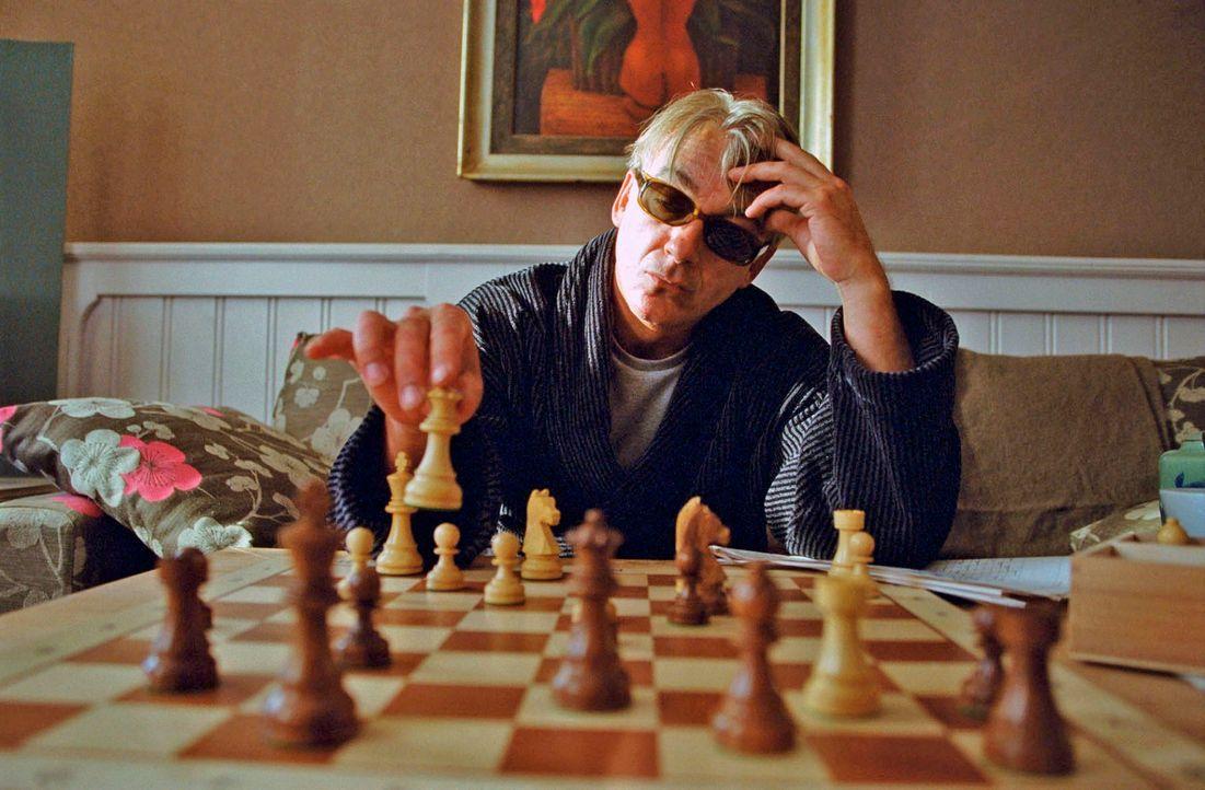 Der kranke Johannes (Christoph M. Ohrt) lässt sich auf eine Schachpartie ein. - Bildquelle: Hardy Spitz Sat.1