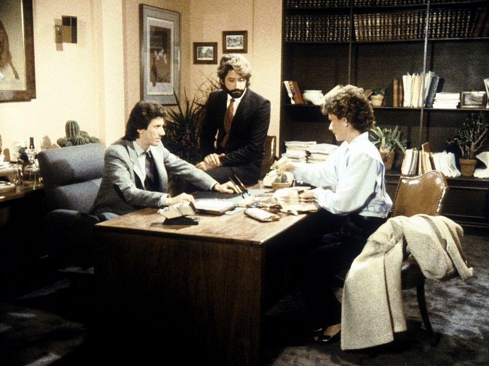 Die ahnungslose Amanda (Kate Jackson, r.) wird des Diebstahls bezichtigt. Vic (Kenneth Gilman, M.) und Malcolm (Richard Cox, M.) wollen sie damit nu...