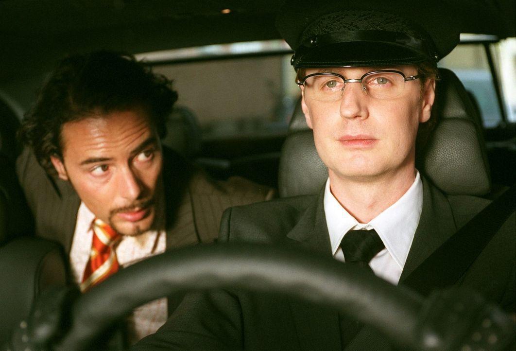 Eben noch auf der Suche nach einem Job, da ergattert Mehmet (John Friedmann, l.) gleich den Chefposten samt eigenem Chauffeur (Florian Simbeck, r.).... - Bildquelle: Sat.1