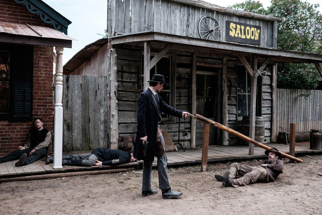 Als Marshal Dallas Stoudenmire (Julian Christopher, l.) den ehemaligen Marshal George Champell (Scott Garland, r.) erschießt, bleibt das nicht folge... - Bildquelle: Darren Goldstein Cineflix 2015