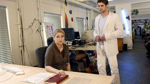 Anna (Jeanette Biedermann, l.) lässt sich von Jonas (Roy Peter Link, r.) über...