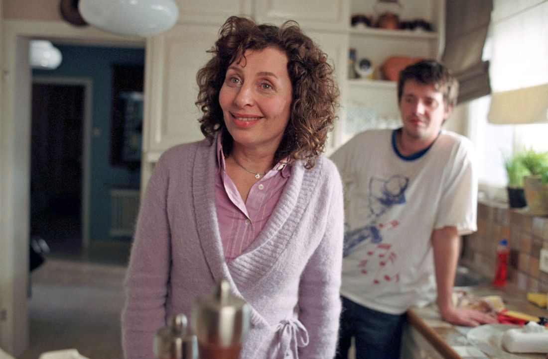 Mutter Claudia (Teresa Harder, l.) findet das Verhalten von Gerhard, seit er weiß, dass seine Tochter Chris (Arne Lenk, r.) heiraten will, recht ver... - Bildquelle: Fabian Rösler Sat.1