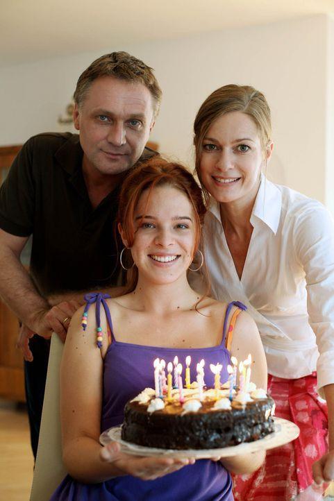 Eigentlich wollten Maria (Lisa Martinek, r.) und Paul Hofer (Bernhard Schir, l.) den 16. Geburtstag ihrer Tochter Nadja (Nikola Rudle, M.) gemeinsam... - Bildquelle: SAT.1