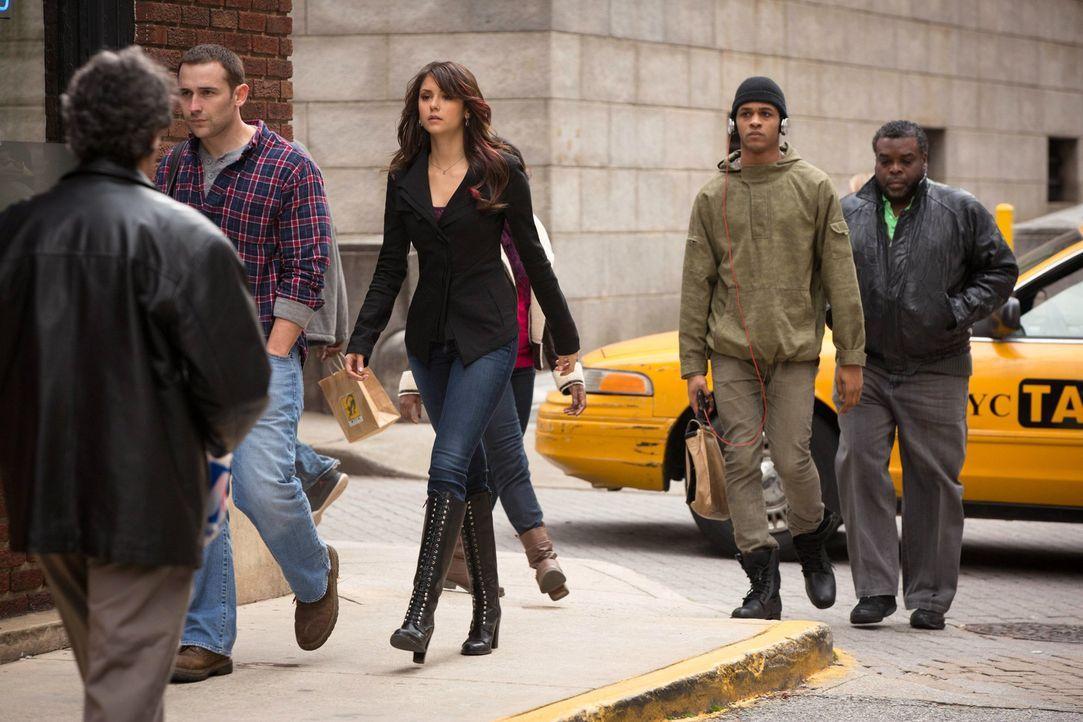 In New York lernt Elena (Nina Dobrev, M.) ein ganz neues Leben kennen und genießt es im vollen Maße ... - Bildquelle: Warner Brothers