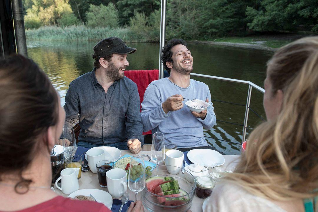 Erleben ganz besondere Momente zusammen: Christian Ulmen (l.) und Fahri Yardim (r.) ... - Bildquelle: maxdome / ProSieben / Andre Kowalski