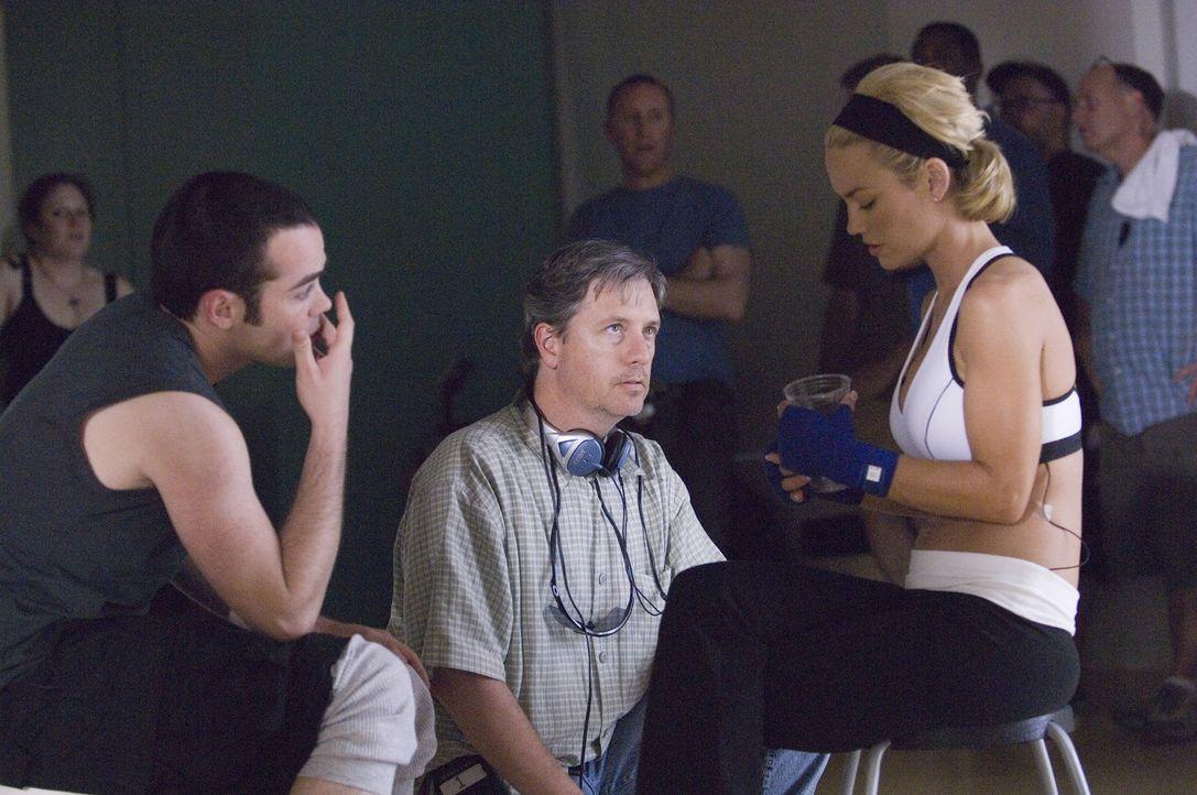 Bei den Dreharbeiten zu Nip/Tuck: John Hensley (l.), Mike Robin (M.) und Kelly Carlson (r.) - Bildquelle: TM and   2004 Warner Bros. Entertainment Inc. All Rights Reserved.