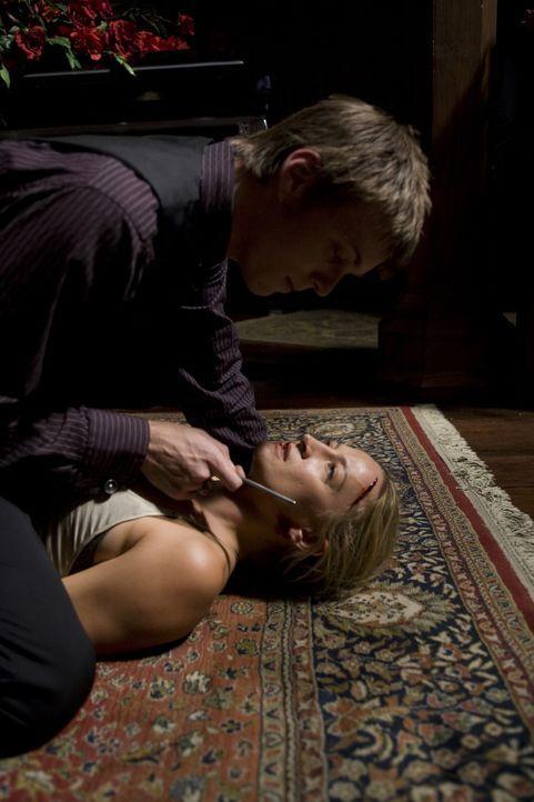 Unglücklicherweise will sich Cameron (Jake Abel, l.) nicht so einfach von Eve (Zoe Bell, r.) umbringen lassen ... - Bildquelle: 2009 Colton Productions, Inc. All Rights Reserved.