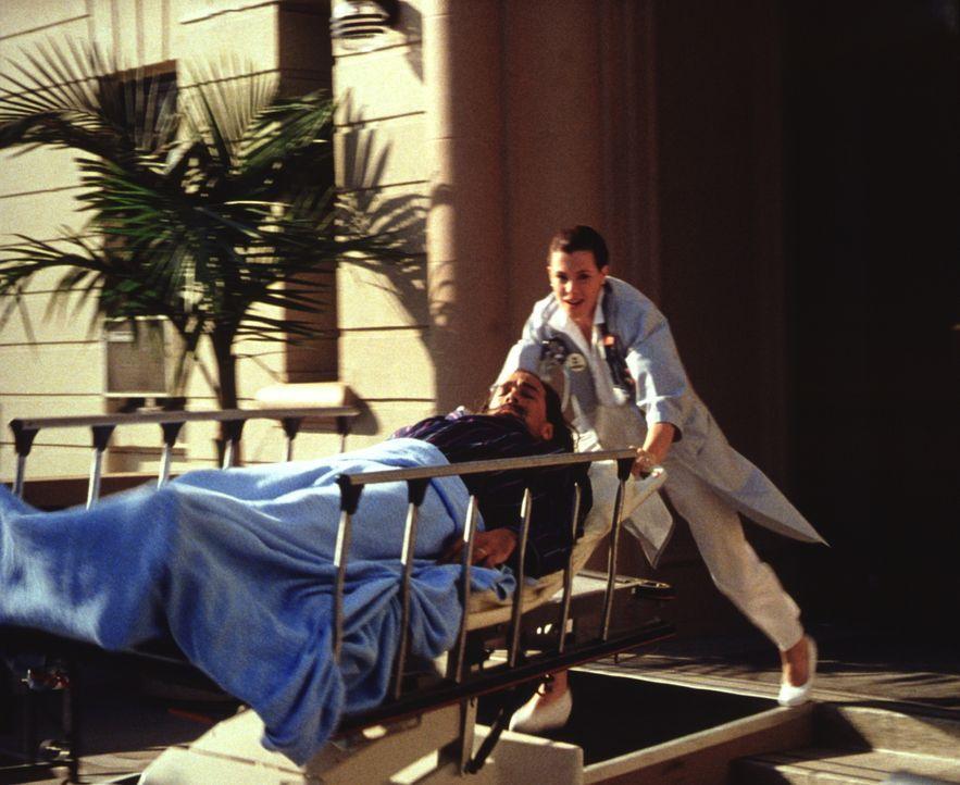 Bevor Mason (Steven Seagal, l.) zusammen mit seiner attraktiven Krankenschwester Andy Stewart (Kelly LeBrock, r.) glücklich werden kann, müssen die... - Bildquelle: Warner Bros.