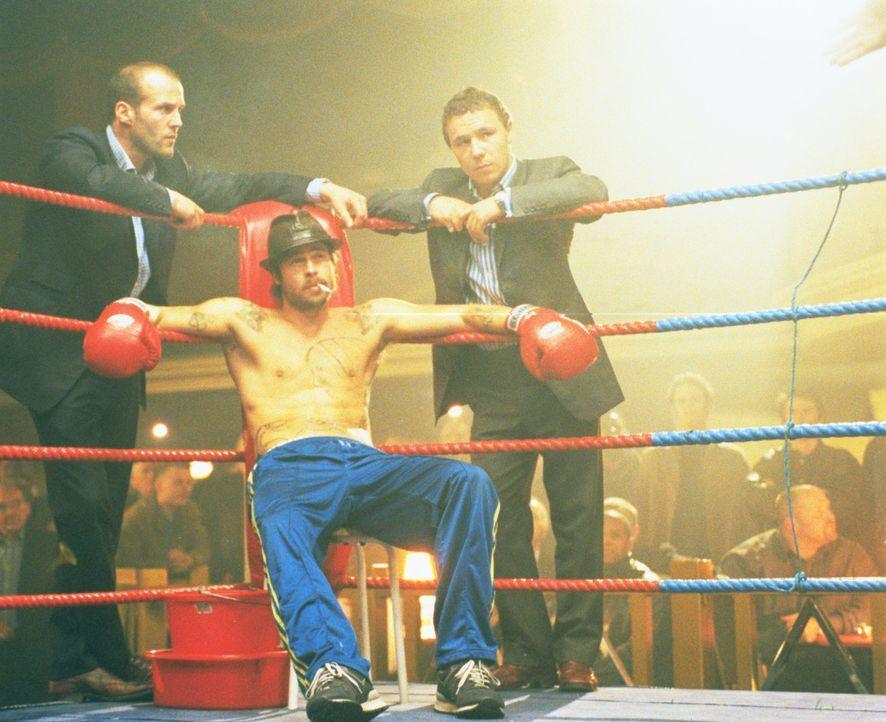 Immer wieder geht Turkish (Jason Statham, l.) und Tommy (Stephen Graham, r.) der Boxer verlustigt. Auch Mickey (Brad Pitt, M.) ist nach einer durchz... - Bildquelle: 2003 Sony Pictures Television International. All Rights Reserved.