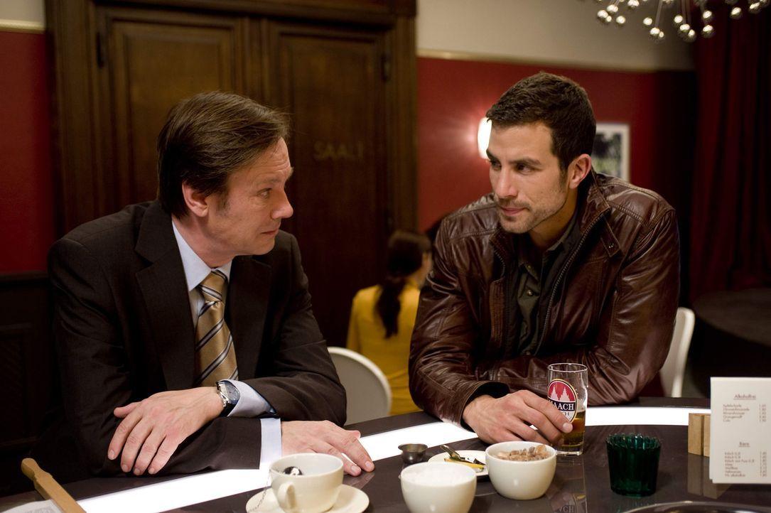 Michael (Andreas Jancke, r.) bittet vergeblich darum von Schulrat Dr. Wendtland (Rainer Will, l.) von seinem Spionageauftrag entbunden zu werden ... - Bildquelle: SAT.1