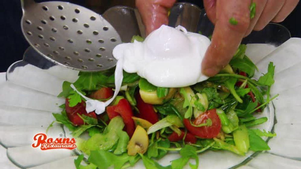 Salat mit pochiertem Ei