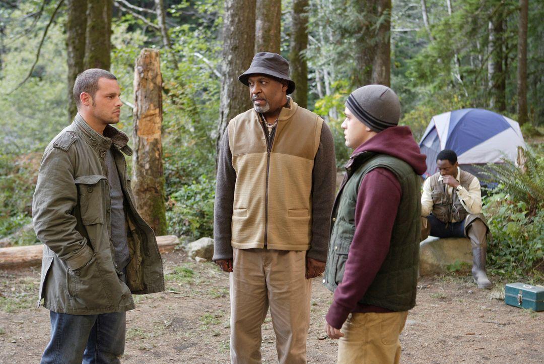 Burke (Isaiah Washington, r.) hat sich nichts dabei gedacht und hat George (T. R. Knight, 2.v.r.), Alex (Justin Chambers, l.) und Webber (James Pick... - Bildquelle: Touchstone Television