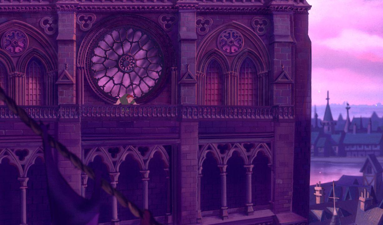 Hoch über den Dächern von Paris von einem Glockenturm aus verfolgt der Glöckner Quasimodo sehnsüchtig das bunte Treiben von Paris. Sein größter Wuns... - Bildquelle: The Walt Disney Company