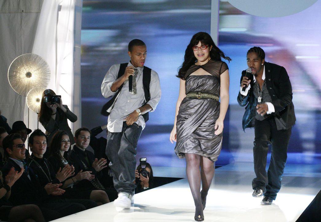Nachdem es Betty (America Ferrera, M.) gelungen ist, Daniel zu überreden, für die anstehende Fashion Week auf dürre Models zu verzichten, muss sie n... - Bildquelle: Buena Vista International Television