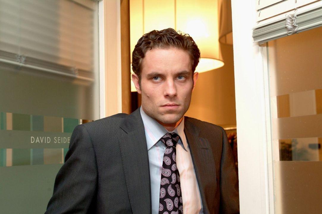 Max (Alexander Sternberg) zieht sich gekränkt zurück, als er merkt, dass David Lisas Plänen zustimmt. - Bildquelle: Sat.1