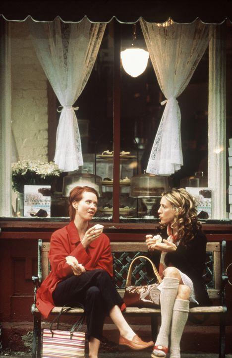 Miranda (Cynthia Nixon, l.) und Carrie (Sarah Jessica Parker, r.) tauschen Frauenprobleme aus. - Bildquelle: Paramount Pictures