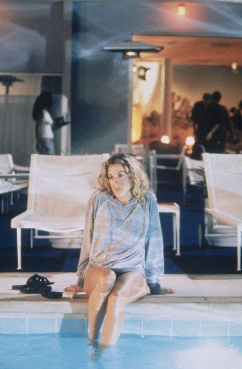 Carrie (Sarah Jessica Parker) darf in L. A. nirgends rauchen und schleicht sich nachts an den Pool in der Hoffnung, nicht erwischt zu werden. - Bildquelle: Paramount Pictures
