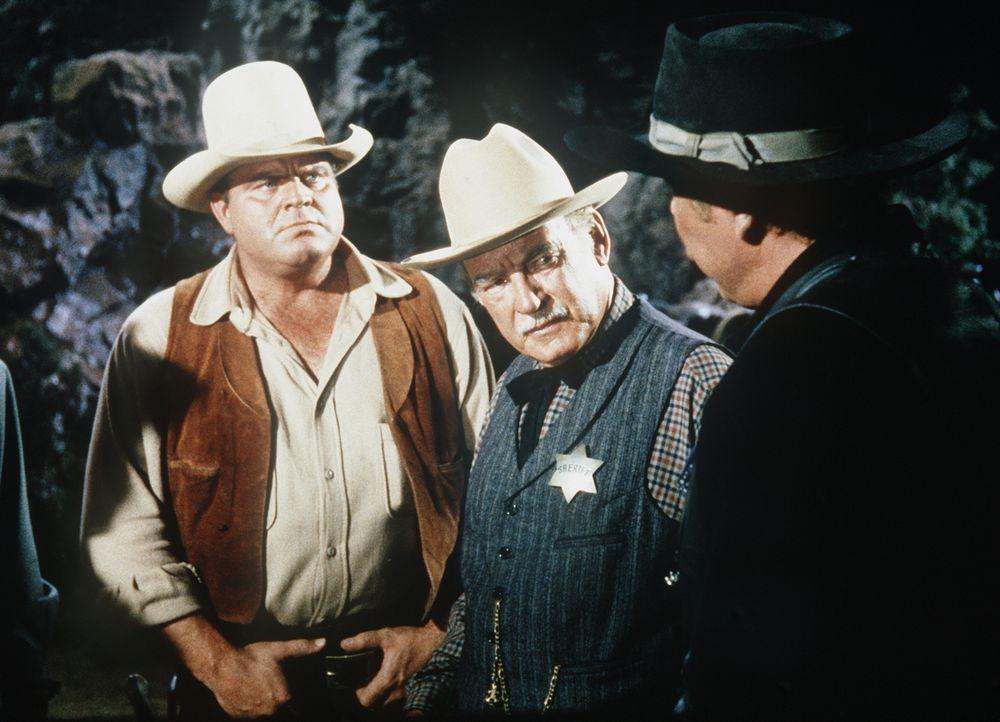 Hoss Cartwright (Dan Blocker, l.) und Sheriff Coffee (Ray Teal, M.) verdächtigen Marcus Alley (Albert Salmi, r.), einen Unschuldigen erschossen zu h... - Bildquelle: Paramount Pictures