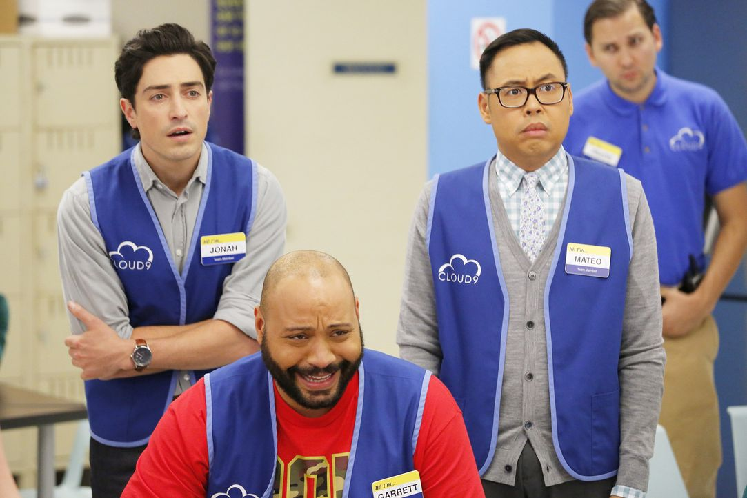 Das Bangen hat ein Ende: Das Team (vorne v.l.n.r. Ben Feldman, Colton Dunn, Nico Santos) sieht sich das Video des Testkäufers an. Schneidet ihre Fil... - Bildquelle: Trae Patton 2015 Universal Television LLC. ALL RIGHTS RESERVED.