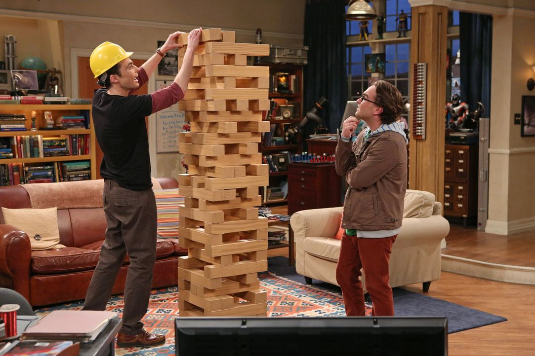 Sheldon (Jim Parsons, l.) wird der sexuellen Belästigung beschuldigt und bringt dadurch auch Leonard (Johnny Galecki, r.), Howard und Raj in Schwier... - Bildquelle: Warner Bros. Television