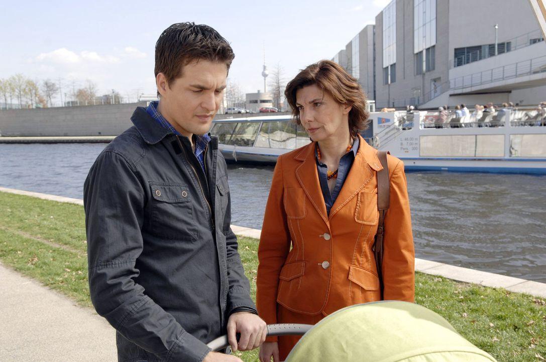 Steffi (Karin Kienzer, r.) redet Lars (Alexander Klaws, l.), der den London-Trip mit Lily wegen Pia abgesagt hat, ins Gewissen. - Bildquelle: Claudius Pflug Sat.1