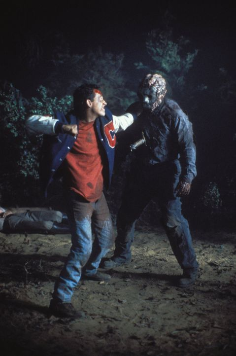 Zäher Gegner: Steven Freeman (John D. LeMay, l.) versucht, Jason Voorhees (Kane Hodder, r.) zu töten. Doch der verrückte Serienkiller ist hart im Ne... - Bildquelle: Warner Bros.
