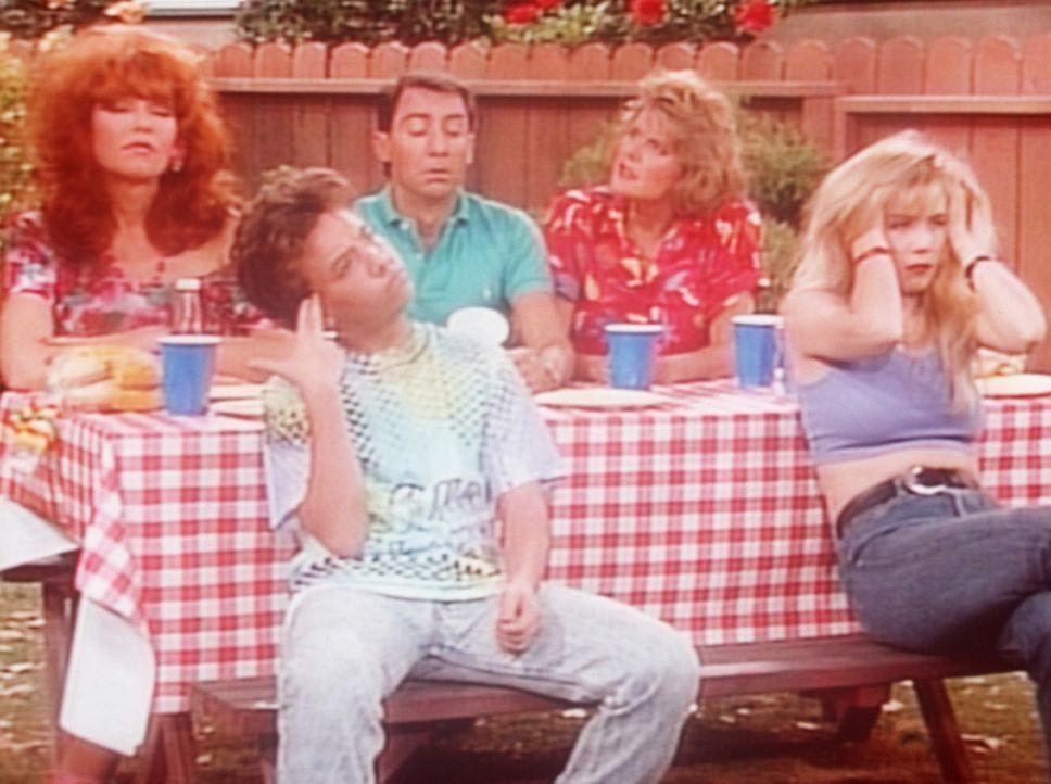 (v.l.n.r.) Peggy (Katey Sagal), Bud (David Faustino), Steve (David Garrison), Marcy (Amanda Bearse) und Kelly (Christina Applegate) warten auf Als l... - Bildquelle: Columbia Pictures