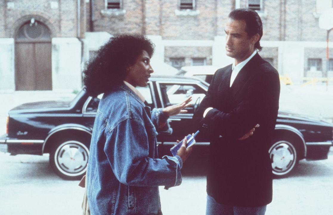 Nico (Steven Seagal, r.) will herausfinden, was Delores Jackson (Pam Grier, l.) über die üblen Machenschaften der CIA weiß? - Bildquelle: Warner Bros.